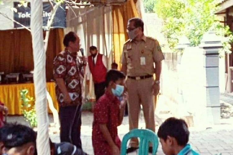 Bupati Blora, Djoko Nugroho mengenakan masker saat datang di sebuah hajatan di wilayah Kecamatan Randublatung, Blora, Senin (12/10/2020). Hanya saja, masker tersebut kemudian dilepasnya saat bernyanyi diiringi organ tunggal.