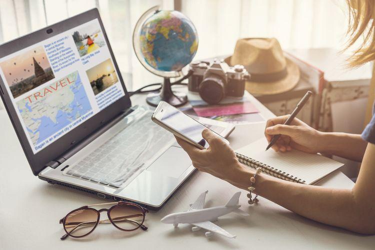 ilustrasi menyusun rencana liburan