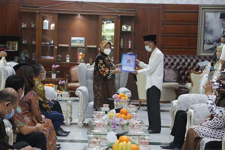 Wali Kota Surabaya Tri Rismaharini serahkan Izin Mendirikan Bangunan (IMB) ke berbagai rumah ibadah dan fasilitas pendidikan di Surabaya, Jawa Timur