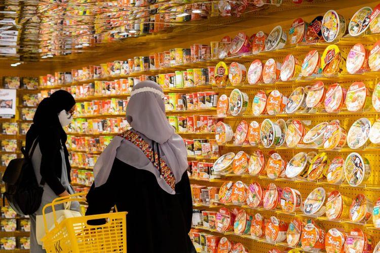 Pengunjung berbelanja mi instan di KKV Indonesia