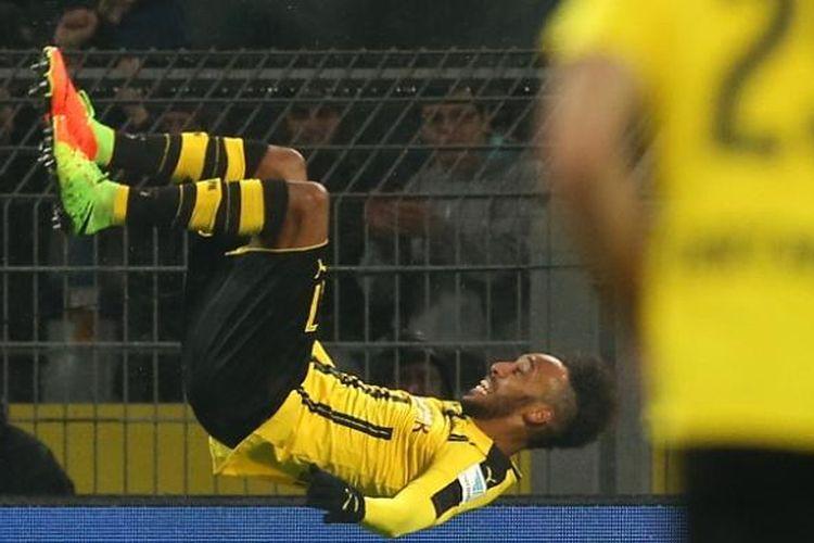 Penyerang Borussia Dortmund asal Gabon, Pierre-Emerick Aubameyang, melakukan selebrasi dengan cara salto setelah mencetak gol ke gawang RB Leipzig dalam pertandingan Bundesliga di Dortmund, Sabtu (4/2/2017).