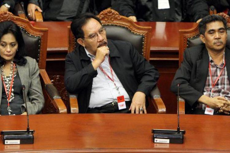 Mantan Ketua Komisi Pemberantasan Korupsi (KPK), Antasari Azhar didampingi istrinya,  Ida Laksmiwati, dan adik Direktur PT Putra Rajawali Banjaran, Nasrudin Zulkarnain, Andi Syamsudin, mengikuti sidang putusan Mahkamah Konstitusi, Jakarta Pusat, Kamis (6/3/2014). Mahkamah Konstitusi (MK) memutuskan peninjaun kembali (PK) boleh diajukan lebih dari satu kali. Antasari mengajukan pengujian pasal 268 ayat 3 UU No 8/1981 tentang KUHAP. Kini, MK telah menghapus pasal tersebut karena dianggap bertentangan dengan UU. TRIBUNNEWS/HERUDIN