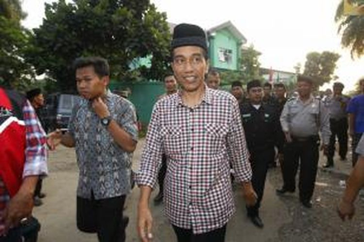 Calon presiden dari kubu koalisi Partai Demokrasi Indonesia Perjuangan, Joko Widodo (Jokowi) mengunjungi warga Nahdlatul Ulama (NU) di Kantor Pengurus Cabang NU Kabupaten Bogor, Jawa Barat, Sabtu (7/6/2014). Pengurus Cabang NU Kabupaten Bogor mendeklarasikan dukungan kepada pasangan Jokowi dan Jusuf Kalla (JK) pada Pemilu Presiden 2014.
