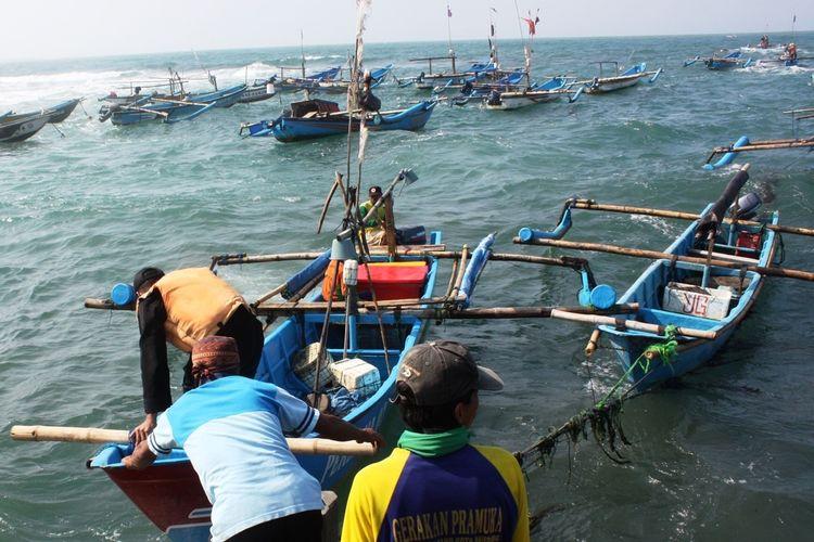 Aktivitas nelayan di dermaga Jayanti, Kecamatan Cidaun, Kabupaten Cianjur, Jawa Barat. Sepanjang tahun ini hasil tangkapan ikan laut di perairan selatan Cianjur merosot drastis dibandingkan tahun sebelumnya akibat paceklik.