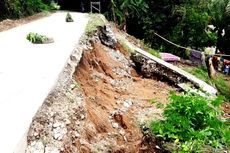 Diguyur Hujan Deras, Bahu Jalan Kecamatan di Luwu Ambles Timpa Rumah Warga
