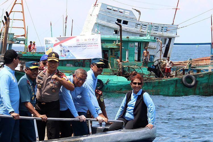 Menteri Kelautan dan Perikanan Susi Pudjiastuti (kanan) didampingi Wakil Kepala Staf Angkatan Laut Laksamana Madya TNI Wuspo Lukito (kedua kanan), Gubernur Kalimantan Barat Sutarmidji (ketiga kanan) dan Kapolda Kalbar Irjen Pol Didi Haryono (keempat kanan) berada di depan sejumlah kapal nelayan Vietnam saat penenggelaman di Pulau Datuk, Kabupaten Mempawah, Kalimantan Barat, Sabtu (4/5/2019). Kementerian Kelautan dan Perikanan menenggelamkan 13 dari 51 kapal nelayan asing asal Vietnam yang ditangkap karena mencuri ikan di Perairan Indonesia.