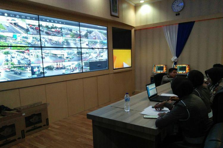 Ruang pemantauan kamera CCTV RTMC Polrestabes Makassar.