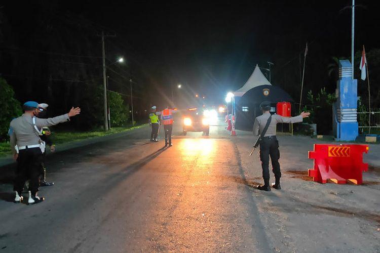 Polisi mengarahkan mobil ke pos penyekatan pencegahan Covid-19 di perbatasan Aceh-Sumatera Utara di Aceh Tamiang, Rabu (4/8/2021).