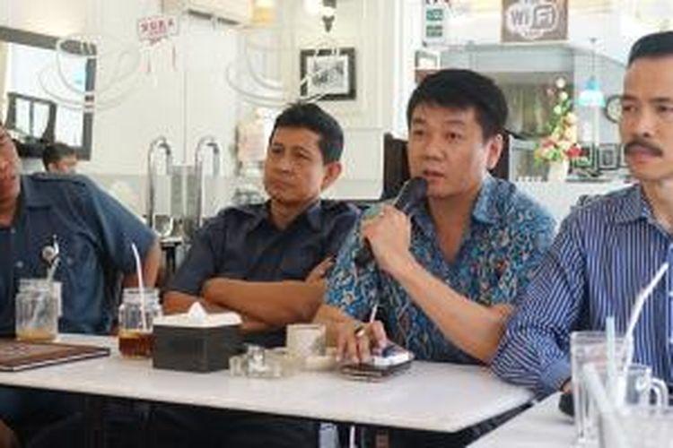 (Tengah) Dr Lui Henry, Ketua Asosiasi Harco Mangga Dua Computer Center, saat memberikan keterangan pers
