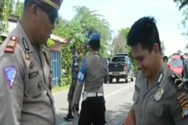 Razia Zebra yang digelar petugas gabungan TNI-Polri di jalan trans-Sulawesi di Kota Mamuju. Sulawesi Barat, Rabu (8/11).