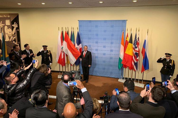 Perwakilan Indonesia (memegang bendera merah putih) berpose usai Indonesia terpilih jadi anggota tidak tetap Dewan Keamanan PBB di New York, Jumat (8/6/2018)