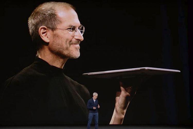 CEO Apple Tim Cook berdiri di depan foto raksasa almarhum Steve Jobs saat memberikan sambutan di acara peluncuran iPhone X di Steve Jobs Theater, Selasa (12/9/2017).