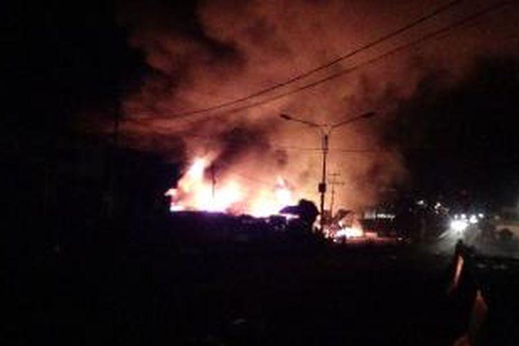 Sejumlah bangunan yang terbakar, Minggu (29/12/2013) sekitar pukul 22.00 WIT, dalam bentrokan warga di Manokwari, Papua Barat.