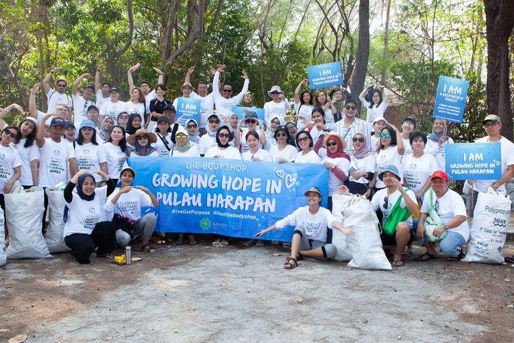 Program volunteering karyawan The Body Shop Indonesia dan Kehati di Pulau Harapan, Kepulauan Seribu.
