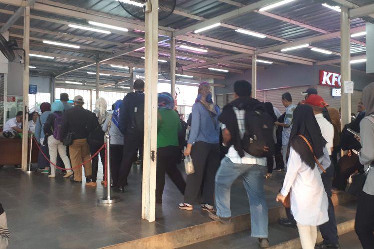Antrean Pembelian Tiket Kertas di Stasiun Manggarai, Senin (23/7/2018)