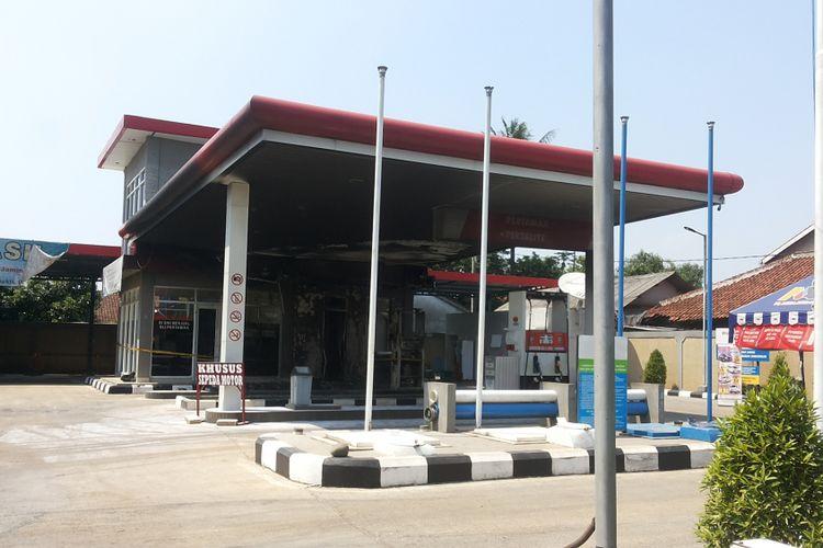 Situasi di stasiun pengisian bahan bakar umum (SPBU) 34 16319 di Jalan Argo Raya, Parung Ragajukti, Bojong Gede, Bogor pada Senin (21/8/2017). SPBU ini terbakar pada Minggu kemarin. Api diduga menyembur dari jerigen yang dibawa pembeli.