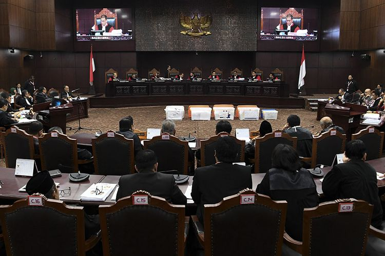 Hakim Mahkamah Konstitusi menunjukan sebagian bukti pihak pemohon yang belum bisa diverifikasi saat sidang Perselisihan Hasil Pemilihan Umum (PHPU) presiden dan wakil presiden di Gedung Mahkamah Konstitusi, Jakarta, Rabu (19/6/2019). Sidang tersebut beragendakan mendengarkan keterangan saksi fakta dan saksi ahli dari pihak pemohon.