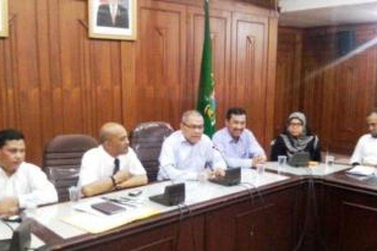 Sekda Sumatera Utara Hasban Ritonga memberikan keterangan tentang kunjungannya ke Kementerian Dalam Negeri di Ruangan Beringin, Kantor Gubernur, Rabu (21/1/2015).