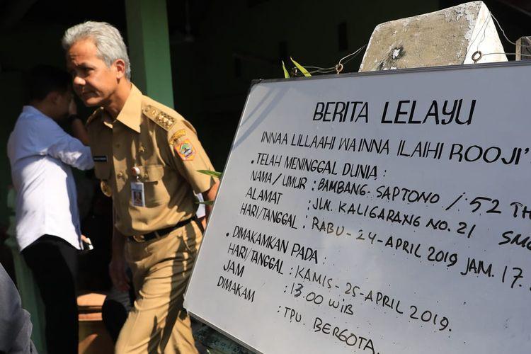 Gubernur Ganjar Pranowo melayat ke rumah duka Almarhum Bambang Saptono di Kaligarang, Semarang, Kamis (25/4). Almarhum Bambang Saptono pada pemilu tanggal 17 April lalu bertugas sebagai anggota KPPS.