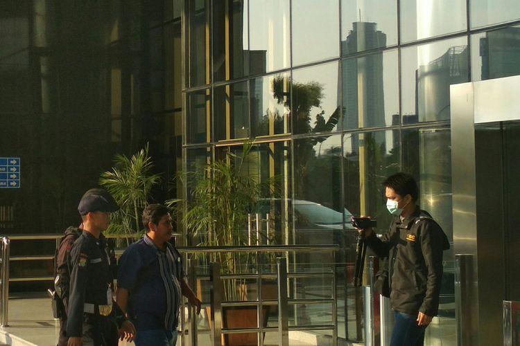 Orang yang ditangkap penyidik Komisi Pemberantasan Korupsi di Mojokerto, riba di Gedung KPK, Jakarta, Sabtu (17/6/2017).