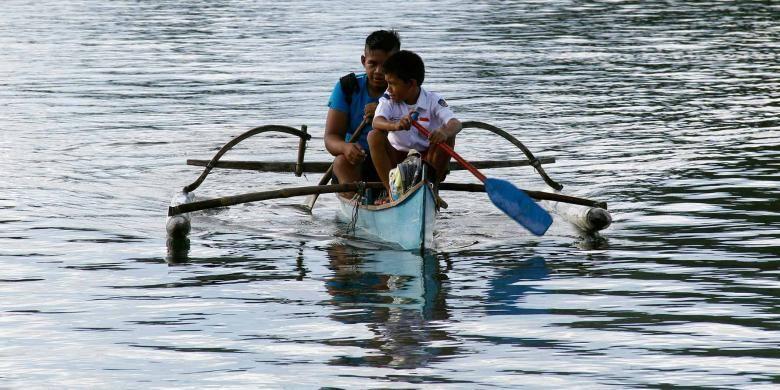 Dua pelajar SD dan SMP di pulau Batuwingkung, Kabupaten Sangihe, Sulawesi Utara ini harus mendayung perahu untuk mencapai sekolah mereka.