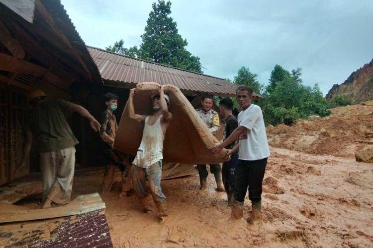 Bencana tanah longsor terjadi di Desa Peniraman, Kecamatan Sungai Pinyuh, Kabupaten Mempawah, Kalimantan Barat, Selasa (14/7/2020) sore.