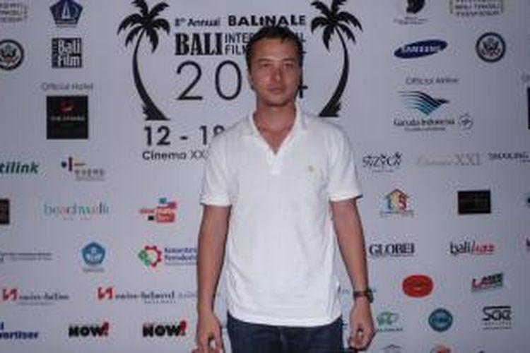 Nicholas Saputra hadir pada Free Open Air Cinema Bali International Film Festival 2014, di Wooden Deck, Beachwalk Mall, Kuta, Bali, Jumat (17/10/2014) malam.