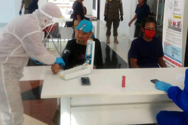PMKS yang terjaring razia Satpol PP dan dibawa ke GOR Cengkareng untuk dibina dan menjalani rangkaian test kesehatan pada Rabu (29/4/2020)