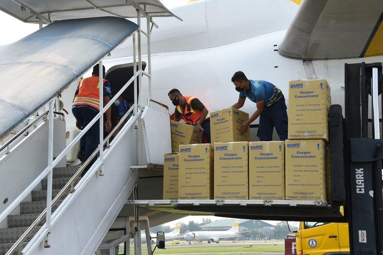 TNI mengirimkan bantuan peralatan kesehatan untuk penanganan pandemi Covid-19 di Papua menggunakan pesawat Boeing TNI AU AI 7303 dari Lanud Halim Perdanakusuma, Jakarta Timur, Senin (2/8/2021).