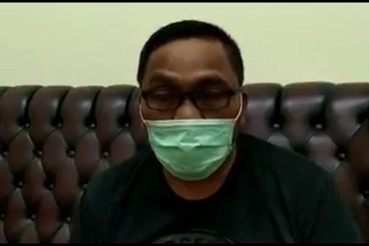 Bupati Aceh Singkil Dulmursid, mengunggah video di laman Facebooknya dan mengumumkan kalau dirinya positif Covid-19.