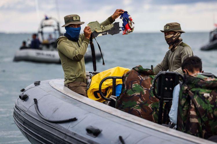 Prajurit TNI AL melakukan pencarian korban dan puing pesawat Sriwijaya Air nomor perbangan SJ 182 di perairan Kepulauan Seribu, Jakarta, Selasa (12/1/2021). Pada hari keempat pencarian tim SAR menambah satu kapal untuk memperkuat operasi pencarian korban, puing, dan kotak hitam pesawat Sriwijaya Air SJ182 menjadi 54 kapal.