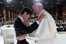 Paus Fransiskus Peluk Korban Bencana Reaktor Nuklir Fukushima 2011