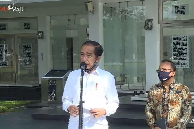 Presiden Joko Widodo mengecek kesiapan penerapan standar new normal atau kenormalan baru di Masjid Baiturrahim, yang terletak di Kompleks Istana Kepresidenan, Jakarta, Kamis (4/6/2020).