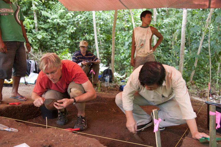 (ki-ka) Kurator Museum Arkeologi Burke, Peter Laper dan Daud Tanudirjo sedang menggali lapisan di situs pulau Ay untuk mengetahui kapan pertama kali pala digunakan dalam makanan.