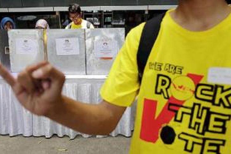 Pelajar dari sejumlah sekolah menengah atas/kejuruan dan komunitas mengikuti simulasi pemilihan umum dalam acara Rock The Vote di halaman Perpustakaan Universitas Indonesia, Jakarta, Minggu (1/11). Kegiatan ini sebagai pendidikan politik kepada pemilih muda agar berpartisipasi aktif untuk menyukseskan pemilihan kepala daerah serentak pada 9 Desember 2015.