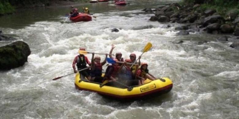 Sejumlah wisatawan tampak asyik melakukan rafting dengan perahu karet di Sungai Elo, Rabu (1/1/2014) siang. Kunjungan wisatawan di sejumlah obyek wisata di Kabupaten Magelang mengalami peningkatan cukup drastis saat liburan natal dan tahun baru kali ini.