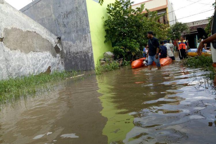 Hujan yang mengguyur wilayah Jabodetabek membuat kawasan Perumahan Garden City Blok I,  Gebang Raya, Periuk, Kota Tangerang, Sabtu (1/2/2020) pagi terendam banjir.