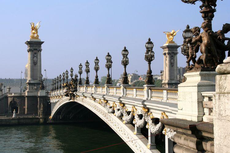 Pont de la Concorde, jembatan berusia ratusan tahun di atas Sungai Seine, Paris.