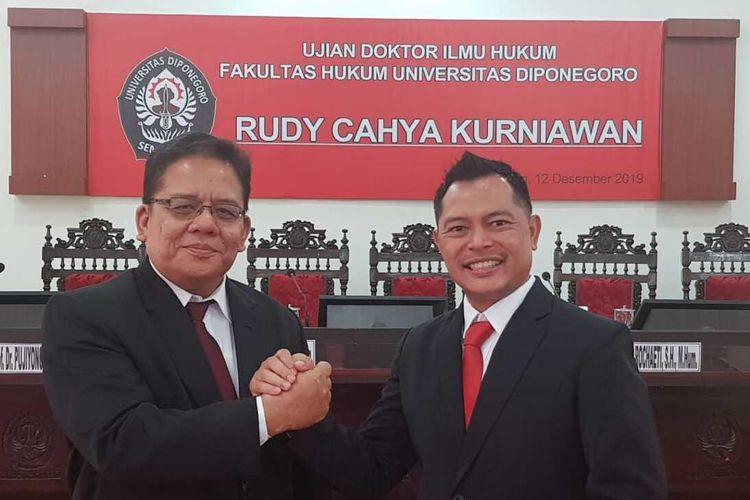 Kapolres Kebumen AKBP Rudy Cahya Kurniawan (kanan) seusai menjalani ujian doktor di Universitas Diponegoro (Undip) Semarang, Jawa Tengah, Kamis (14/12/2019).