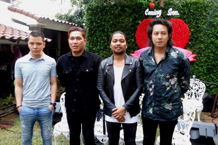 Grup band Armada saat diabadikan dalam jumpa pers film Asal Kau Bahagia di kawasan Duren Tiga, Jakarta Selatan, Senin (24/7/2017).