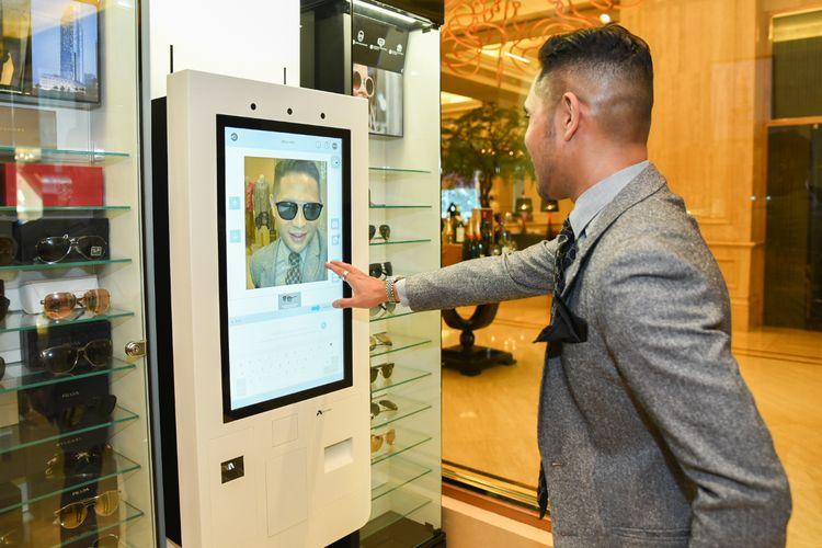 Adeza Hamzah mencoba virtual try on di Ritz Carlton Mega Kuningan