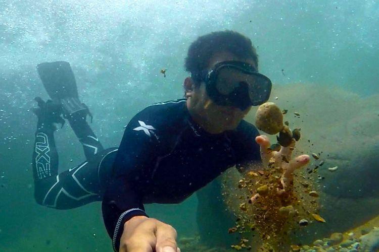 Menyelam atau freediving di Curug Baliung atau disebut Leuwi Liung, Kecamatan Babakan Madang, Kabupaten Bogor, Senin (7/5/2018).