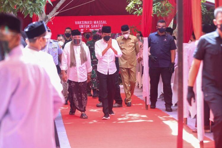 Presiden Joko Widodo, tiba di Pesantren Istiqamatuddin Darul Muarif, meninjau vaksinasi dari pintu ke pintu untuk para santri.