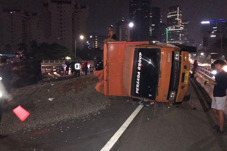 Truk terguling di jalan tol dalam kota arah cawang, Minggu (12/9/2021)