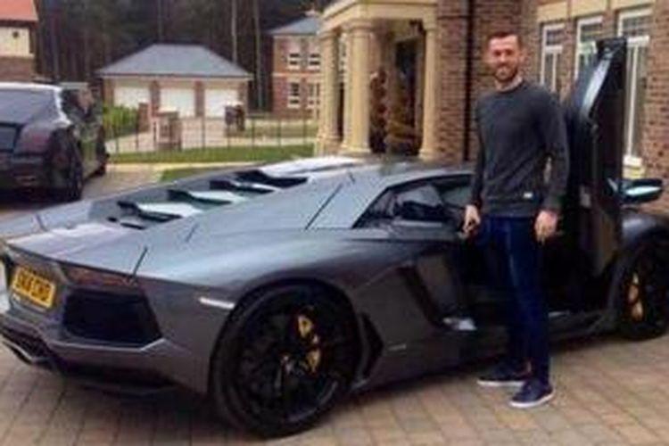 Steven Fletcher dengan Lamborghini Aventador terbarunya