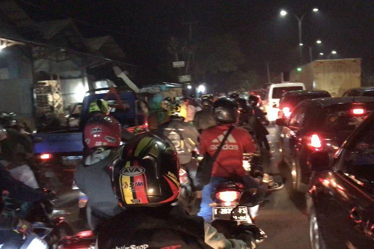 Situasi jelang Lebaran 2021 tepatnya di Jalur Raya Pantura, Kedungwaringin, Bekasi, Jawa Barat pada Senin (10/5/2021) malam terlihat pemudik semakin membludak.