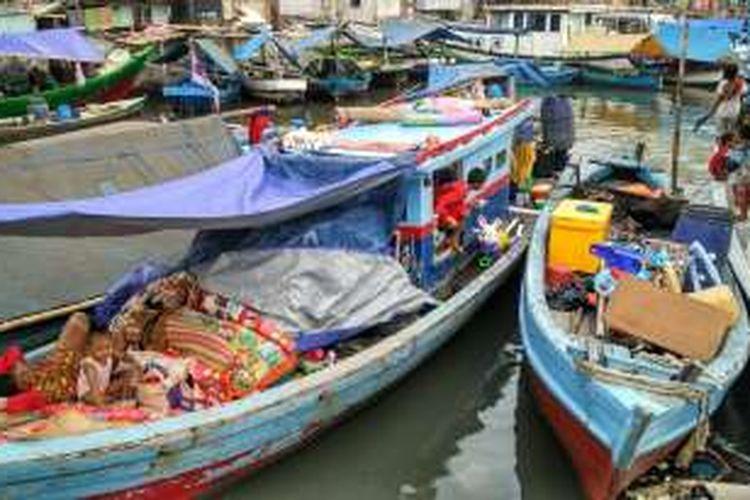 Warga Pasar Ikan, Penjaringan, Jakarta Utara, yang digusur tinggal di perahu, Jumat (15/4/2016).