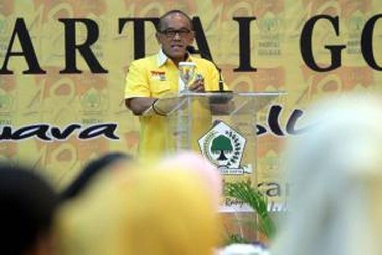 Ketua Umum Partai Golkar, Aburizal Bakrie, memberikan sambutan di depan kader dan fungsionaris Partai Golkar, di kantor DPP Partai Golkar Jakarta Barat, Sabtu (20/10/2012). Aburizal memberikan sambutan ini pada acara syukuran HUT ke 48 Partai Golkar, yang diisi dengan pemotongan tumpeng.