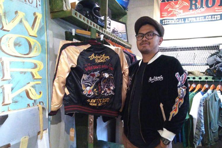 Decky Sastra, pemilik brand Rawtype Riot mengenakan jaket Bubur Ayam Racer buatannya. Jaket yang viral setelah digunakan Presiden Jokowi ini merupakan hasil kerja sama Rawtype Riot dengan vlogger motor Den Dimas.