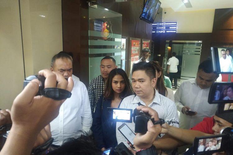 Artis VA mendatangi Mapolda Jatim untuk wajib lapor, Senin (28/1/2019)